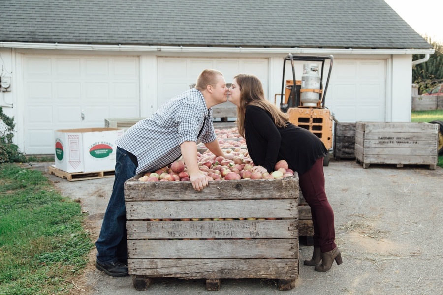 barnards-orchard-chester-county-pa-couple-pictures_0036